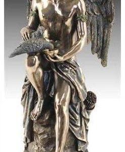 Ángel Mensajero dando de beber a dos palomas