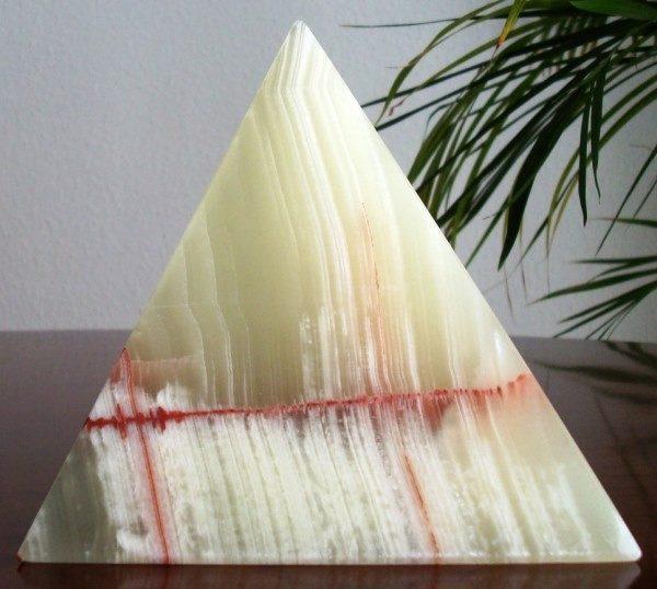 Pirámide de ónix verde con incrustaciones