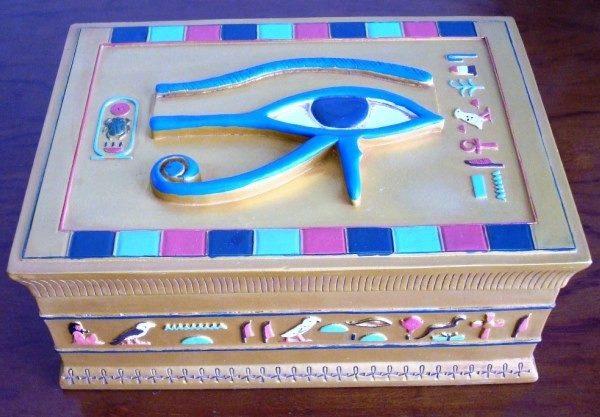 Caja dorada egipcia, tapa Ojo de Ra