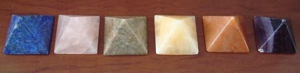 Lote 6 pequeñas pirámides de piedras semipreciosas